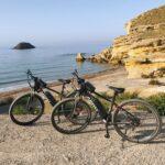 Bicicletas eléctricas en las calas de Bolnuevo
